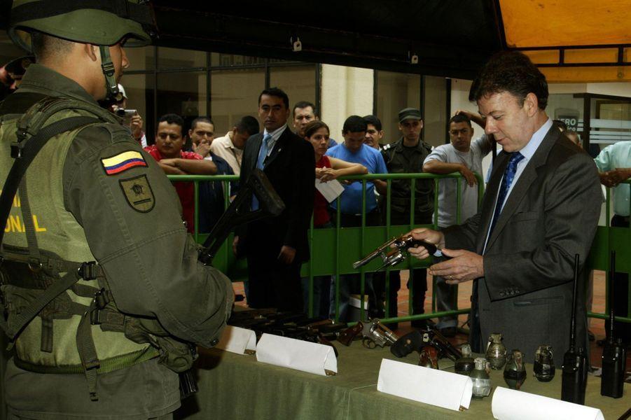 Juan Manuel Santos, alors ministre de la Défense, lors d'un événement de démilitarisation d'anciens combattants des Farc à Cali, en décembre 2006.