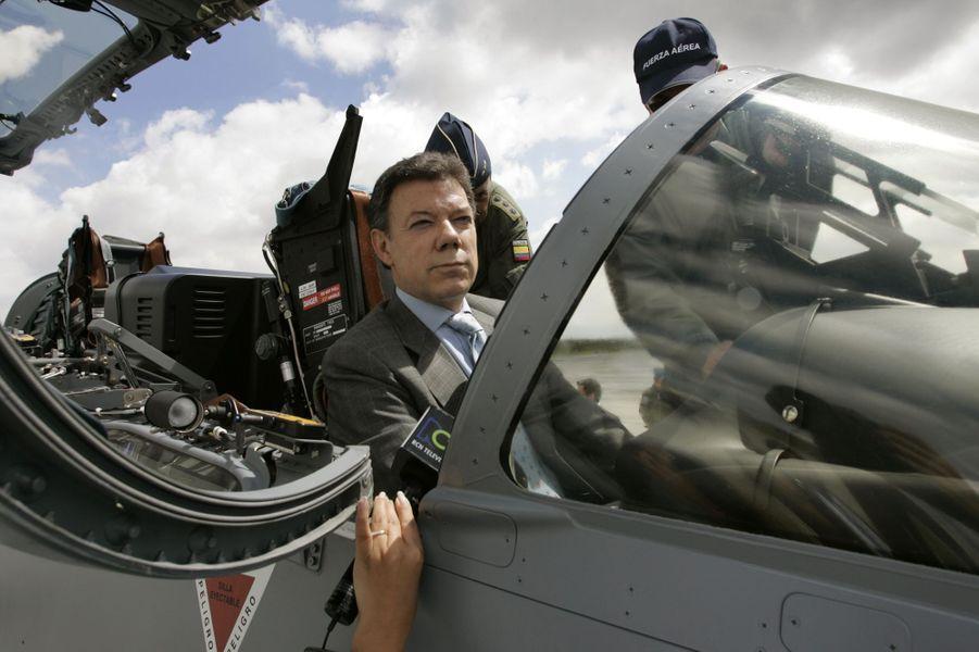 Juan Manuel Santos, alors ministre de la Défense, à l'aéroport militaire de Catam, en décembre 2006.