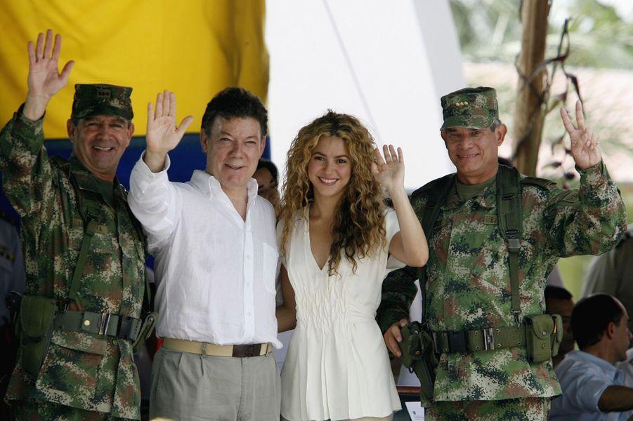 Le général Mario Montoya, Juan Manuel Santos, alors ministre de la Défense, avec Shakira et le général Freddy Patilla, en juillet 2008.