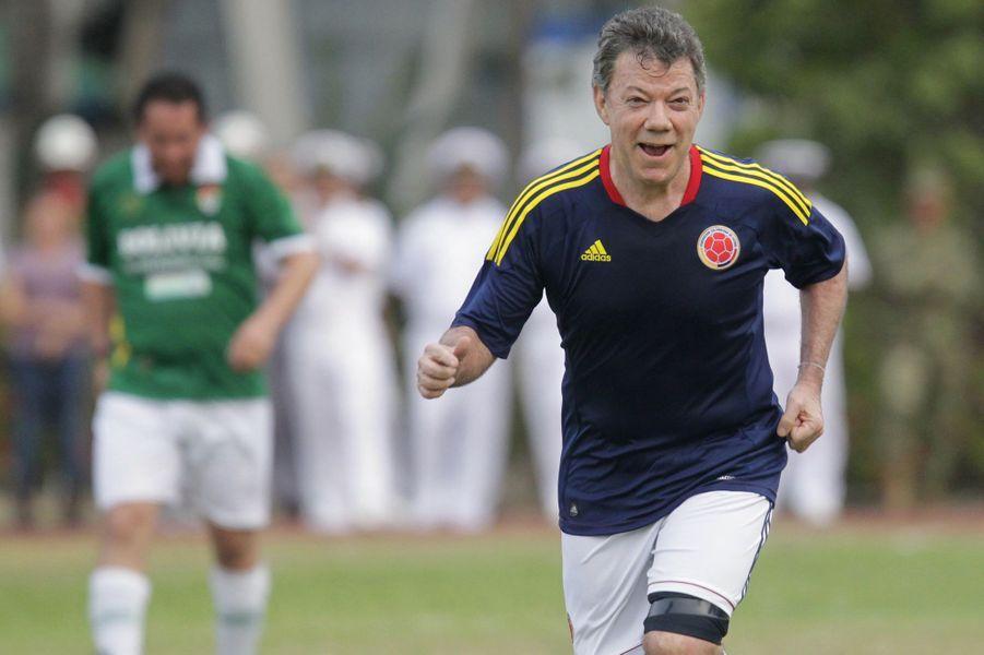Le président colombien Juan Manuel Santos lors d'un match de foot à l'occasion du Sommet des Amériques à Carthagène, en avril 2012.