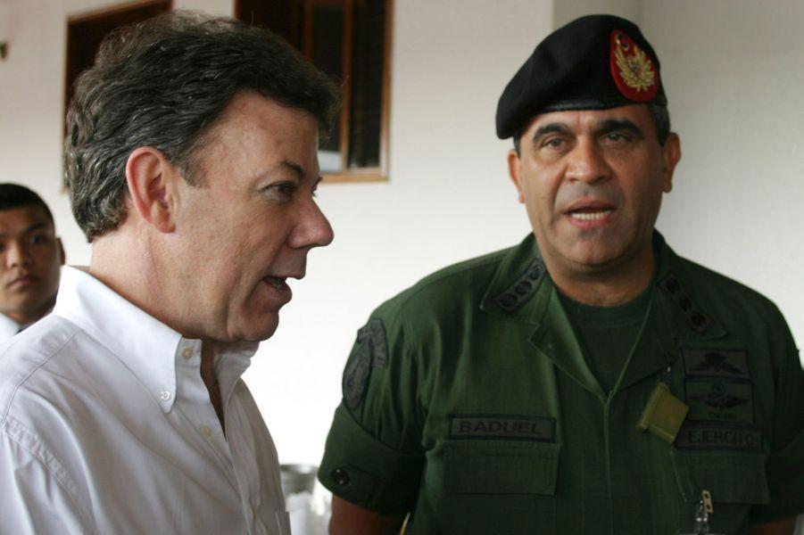Juan Manuel Santos, alors ministre de la Défense, et son homologue vénézuélien le général Raul Baduel, en septembre 2006.