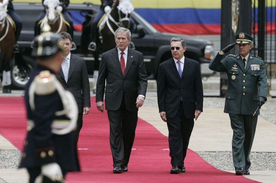 Juan Manuel Santos, alors ministre de la Défense, avec George Bush et le président colombien Alvaro Uribe, en mars 2007.