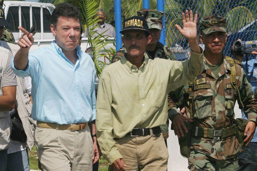Juan Manuel Santos, alors ministre de la Défense, à Carthagène avec le politicien Fernando Araujo, qui venait d'être libéré après avoir été kidnappé par les Farc, en janvier 2007.