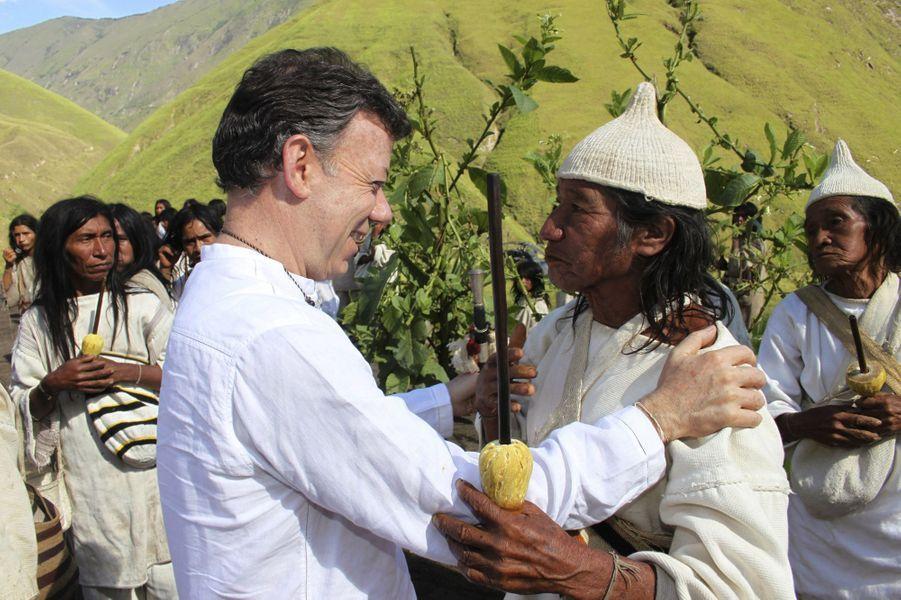 Tout juste élu, le président colombien Juan Manuel Santos rencontre des natifs colombiens à Santa Marta, en août 2010.