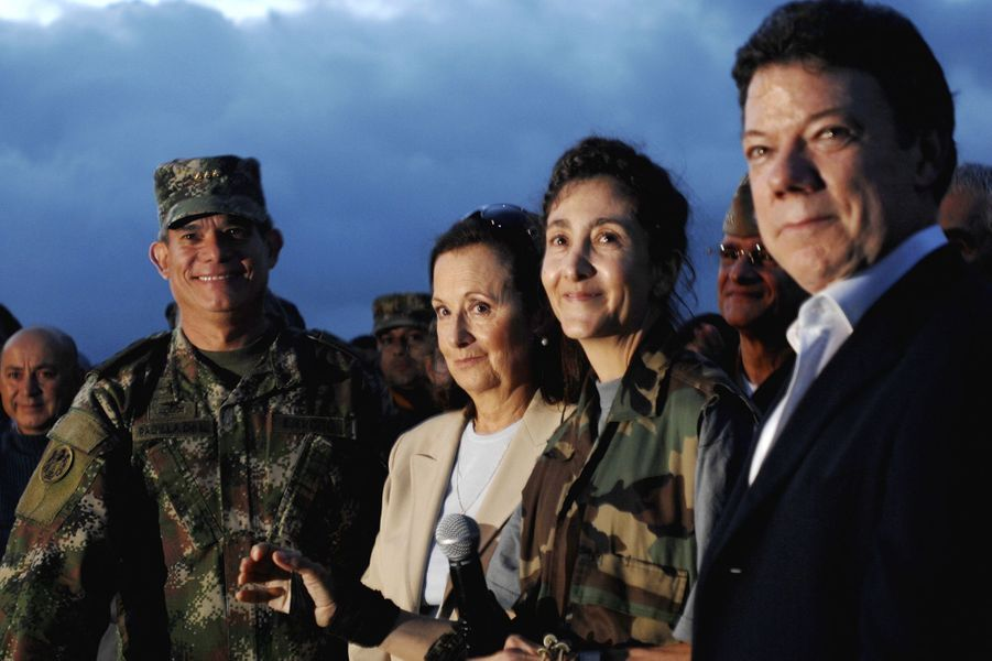 Ingrid Betancourt, tout juste libérée, etJuan Manuel Santos, alors ministre de la Défense, en juillet 2008.