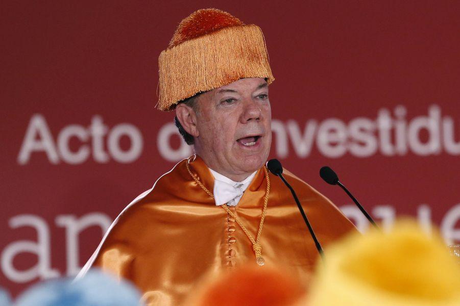 Le président colombienJuan Manuel Santos reçoit un diplôme de l'université Villafranca del Castillo, en novembre 2014.