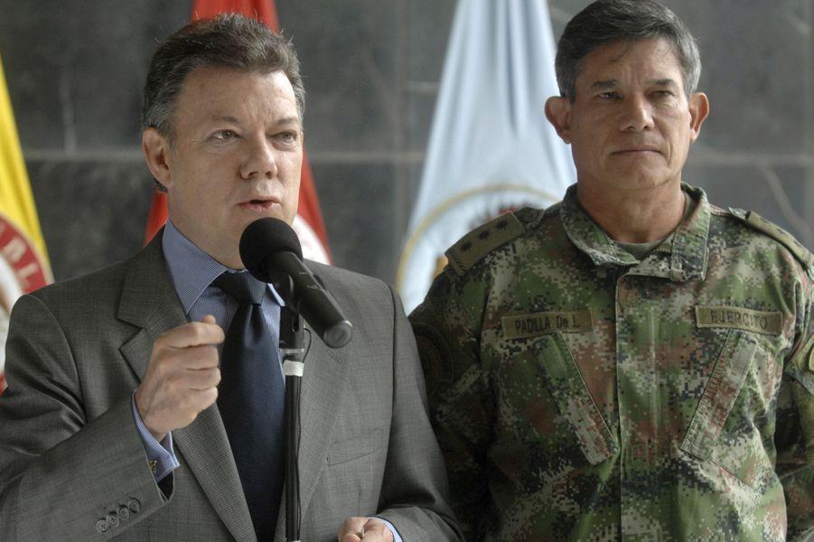 Juan Manuel Santos, alors ministre de la Défense, et le chef des armées Freddy Padilla, en mars 2009.
