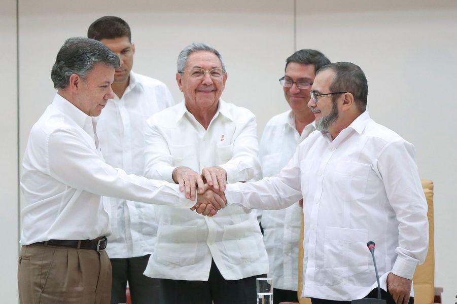 Le président colombienJuan Manuel Santos, Raul Castro et Timochenko à La Havane, en septembre 2015.