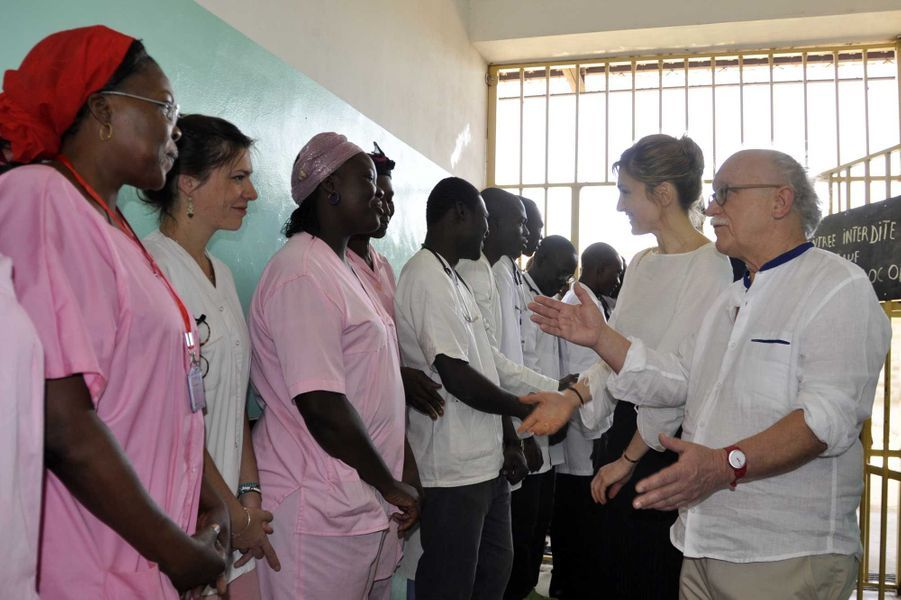 Accueil de Julie Gayet le 24 janvier au CHU du Bon Samaritain (BS) à N'djamena. le Dr Yahn Rouquet, administrateur du fonds pour la santé des femmes (FSF) lui présente une partie du personnel de l'établissement.