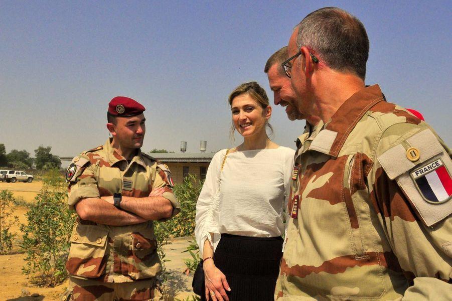 Julie Gayet le 24 janvier en compagnie d'officiers français en poste à N'djamena. C'est grâce à l'armée que le matériel venu de l'hôpital Bégin a pu être acheminé au Tchad.