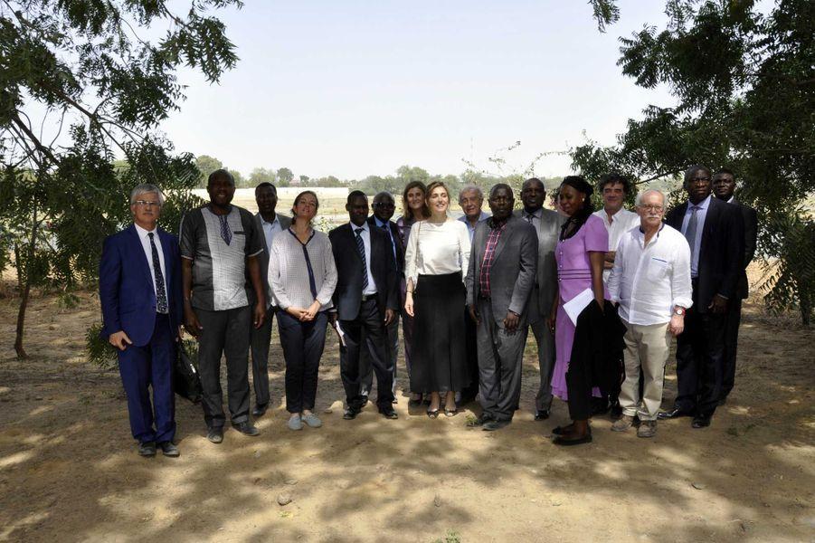 Julie Gayet, entre le ministre tchadien de la santé publique, Aziz Mahamat-Saleh Ahmat, et l'ambassadeur de France au Tchad, Philippe Lacoste, pose à l'issue de sa visite le 24 janvier avec une partie du personnel du Bon Samaritain.