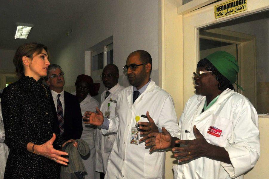 Julie Gayet le 25 janvier avec les médecins de l'hôpital de la mère et l'enfant.