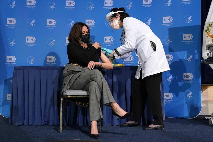 La vice-présidente américaine Kamala Harris a reçu sa deuxième dose de vaccin contre le Covid-19, le 26 janvier 2021.