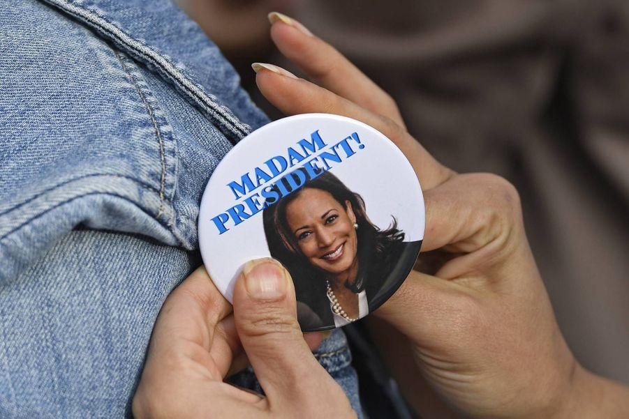 Une partisane de Kamala Harris accroche un pin's à l'effigie de la sénatrice, alors candidate à la présidence, en janvier 2019.