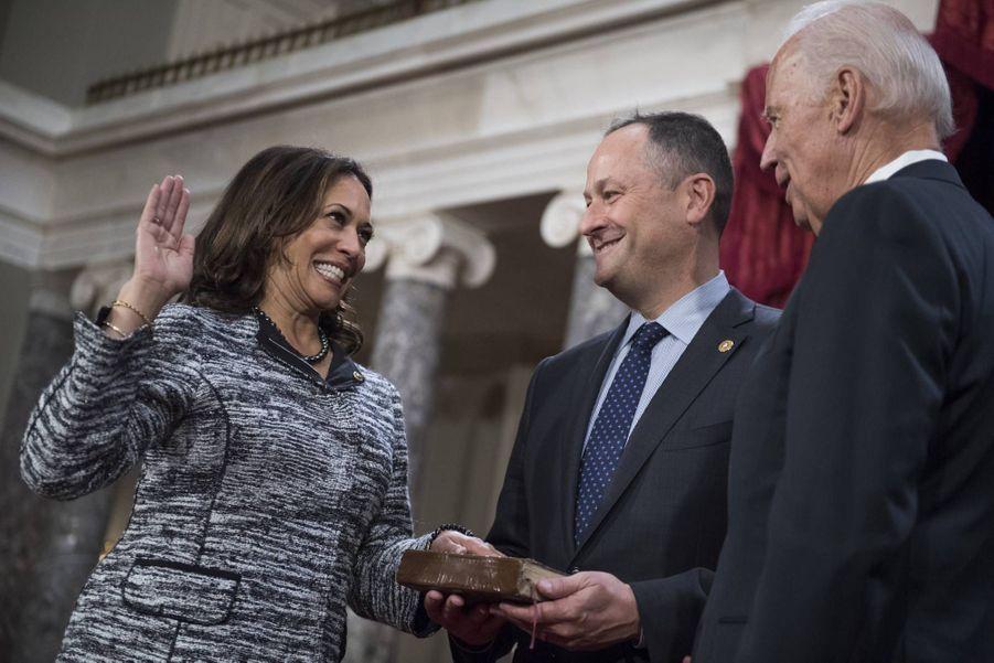 Kamala Harris prête serment en tant que sénatrice devant Joe Biden, avec son mari Douglas Emhoff, en janvier 2017.
