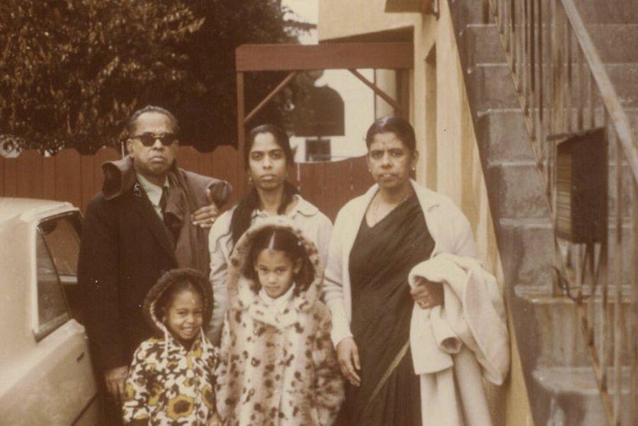 Kamala Harris, sa soeur Maya, leur mèreShyamala Gopalan et leurs grands-parents maternels, P.V. et Rajam Gopalan.