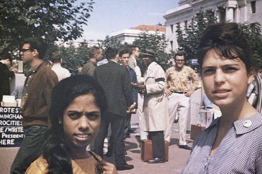 Shyamala Gopalan, la mère de Kamala Harris, et son amie Lenore Pomerance, lors d'une manifestation sur le campus de Berkeley.