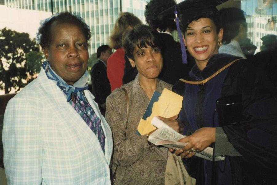 Kamala Harris, jeune diplômée en droit en 1989, avec sa mèreShyamala Gopalan et une de sa maîtresse de CP Frances Wilson.