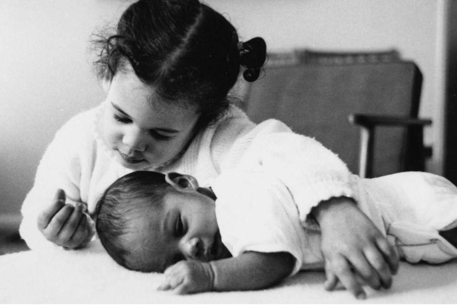 Kamala Harris et sa soeur Maya, bébé.