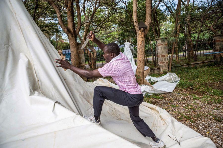 Un homme détruit les tentes de bureaux de votes, à Kisumu au Kenya, le 18 octobre 2017.