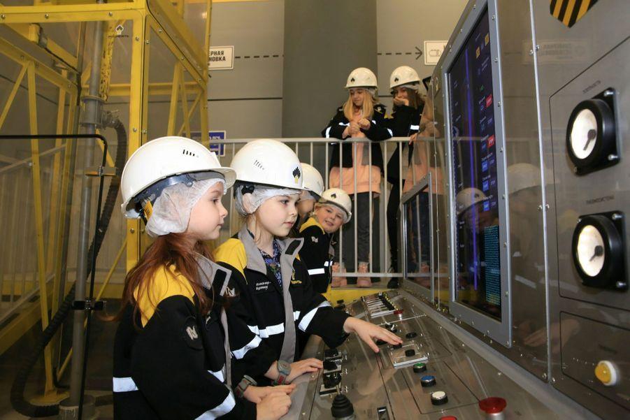 Des foreurs dans la raffinerie de pétrole, créée en partenariat avec le géant russe Rosneft.