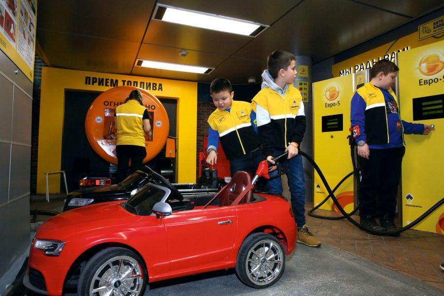 Les mini-garagistes apprennent à faire le plein mais aussi à changer une roue.