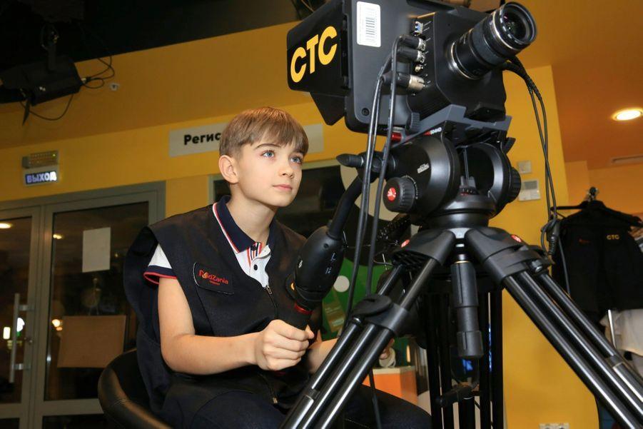 Ce jeune cadreur s'apprête à filmer un épisode de « Top chef », imaginé et joué par ses camarades