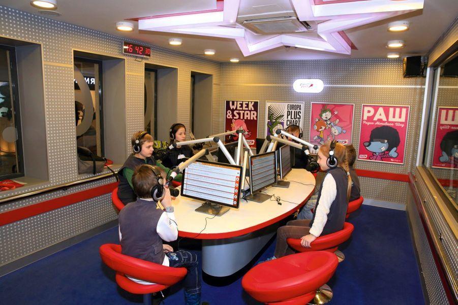 Chut ! C'est l'heure du débat dans ce studio conçu par la station de radio Europa Plus.