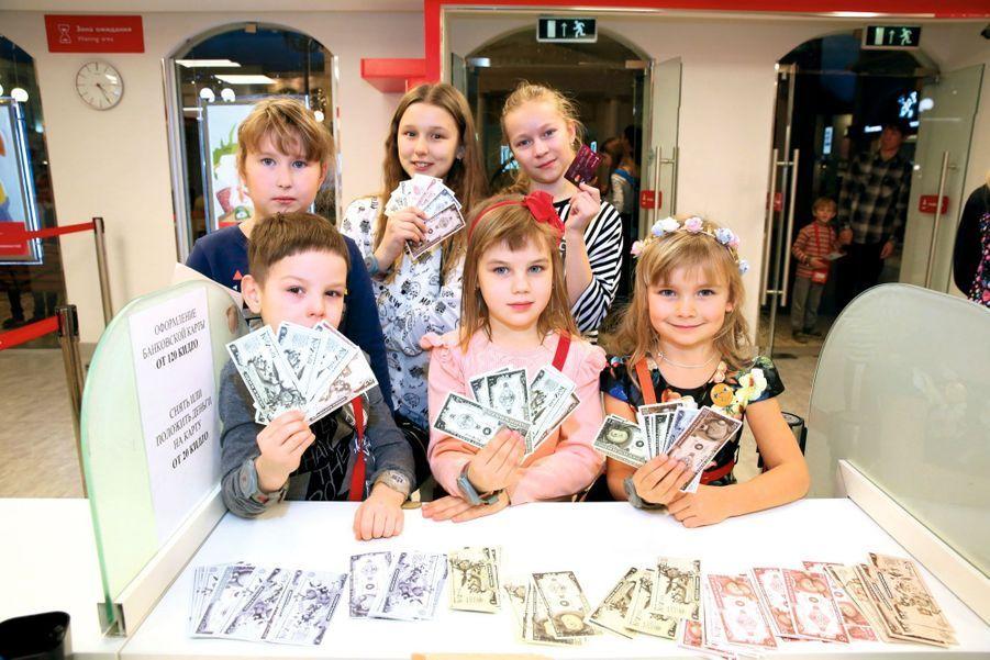Avec ces billets multicolores, ils vont pouvoir ouvrir un compte et obtenir une carte de paiement.