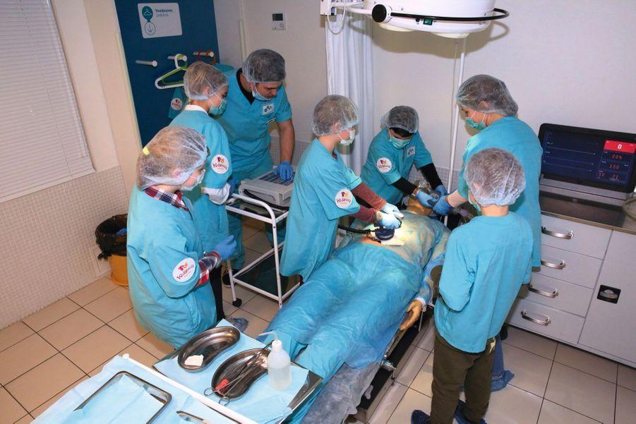 Pendant l'opération, le cœur du malade s'est arrêté. Il faut le réanimer sans paniquer