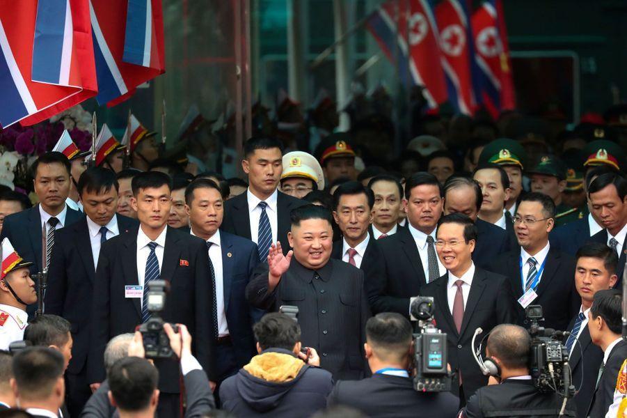 Des gardes du corps qui courent autour de son véhicule, des véhicules blindés qui le suivent et beaucoup de curieux : Kim Jong-un est arrivé à Hanoï, au Vietnam, où doit se dérouler son deuxième sommet avec Donald Trump.