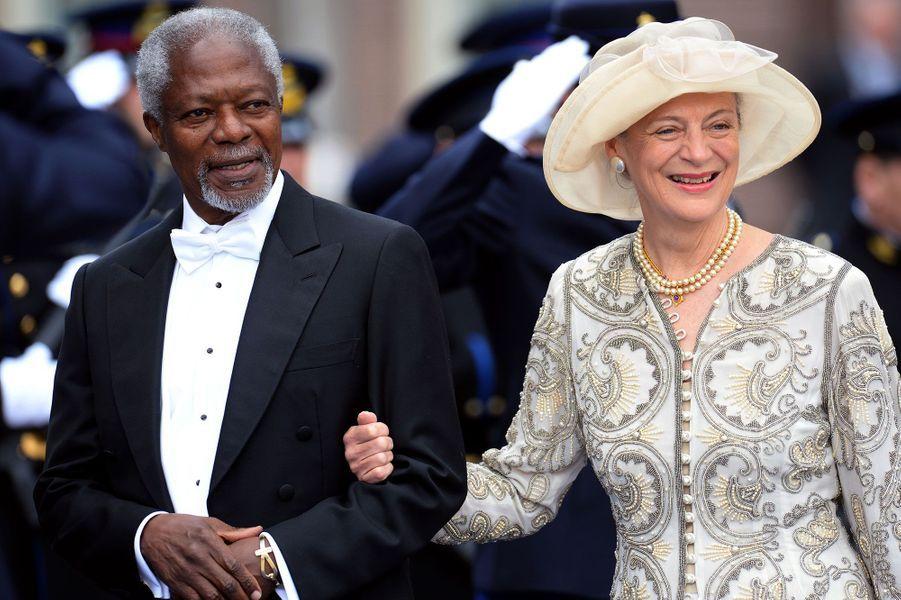 Avec son épouseNane Annan en 2013 aucouronnement de Willem-Alexander des Pays-Bas