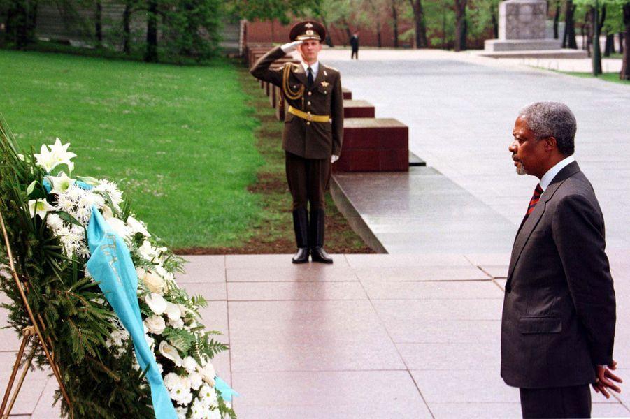Devant la tombe du soldat inconnu à Moscou en 1997