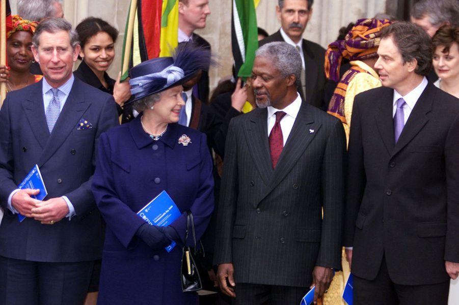 Avec le Prince Charles, la Reine Elizabeth II, et l'ancien Premier ministre britannique Tony Blair en 2000
