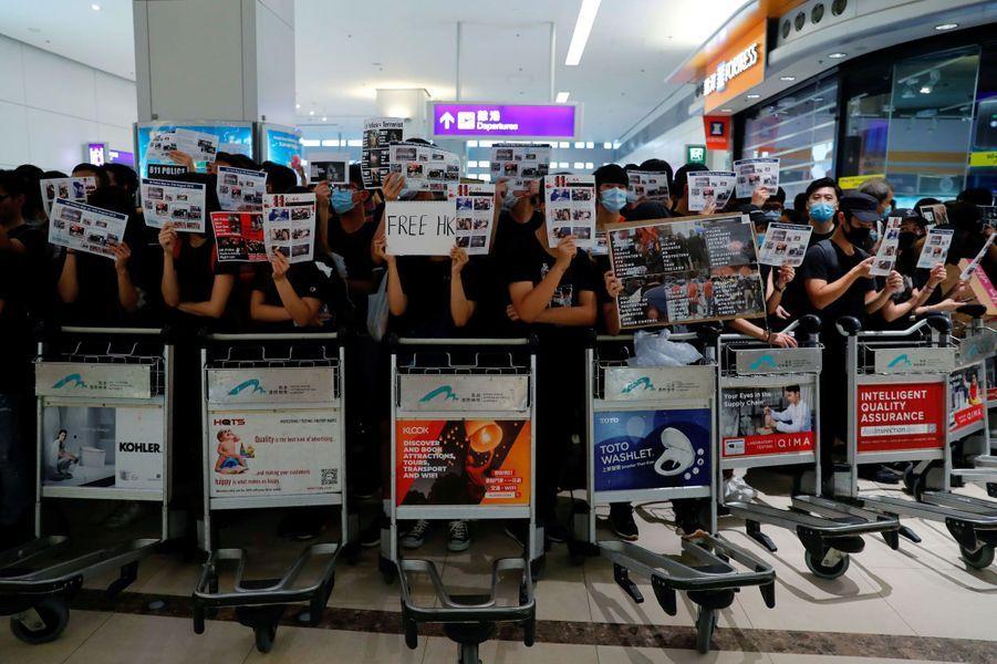 Le cinquième jour d'une mobilisation sans précédent dans le huitième aéroport mondial a conduit à la suspension des enregistrements à l'aéroport de Hong Kong.