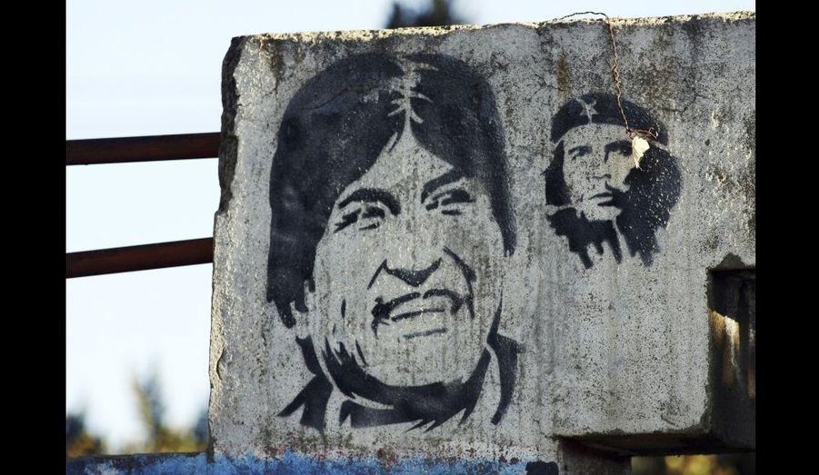 """Le président bolivien Evo Morales et le leader Ernesto """"Che"""" Guevara, représentés en août 2008 lors du référendum dit révocatoire, dans une banlieue de La Paz."""