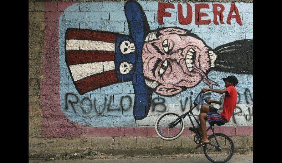 Un dessin anti-américain à Caracas, après le scandale d'un complot présumé de coup d'Etat et d'assassinat du président Hugo Chavez en septembre 2008.