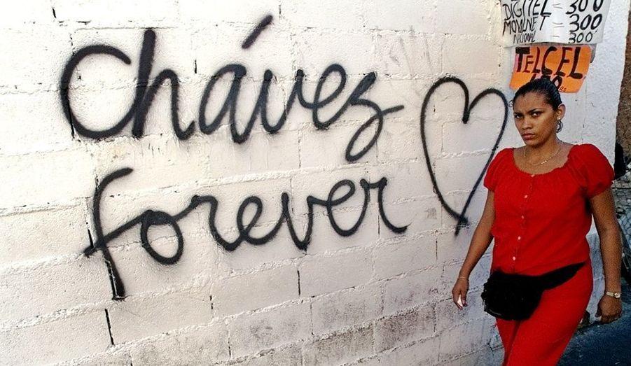 """Un tag """"Chavez pour toujours"""" à Caracas en décembre 2002. Une grève visant à évincer le président du pouvoir paralysait le pays depuis le début du mois."""