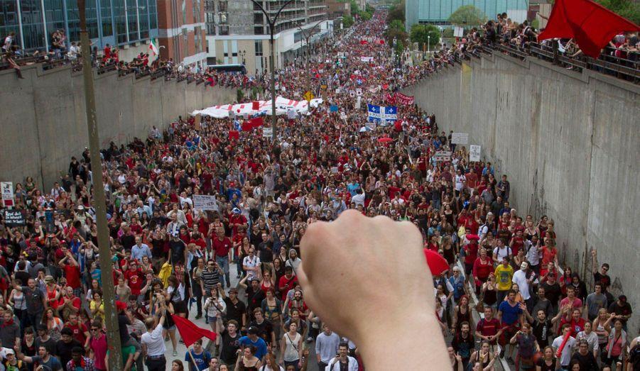 La jeunesse québécoise crie son ras-le-bol dans les rues de Montréal et des autres villes du Québec. En cause, l'augmentation des frais de scolarité à l'université et les mesures économiques prises par le gouvernement de Jean Charest. Le conflit étudiant prendra fin le 7 septembre 2012.