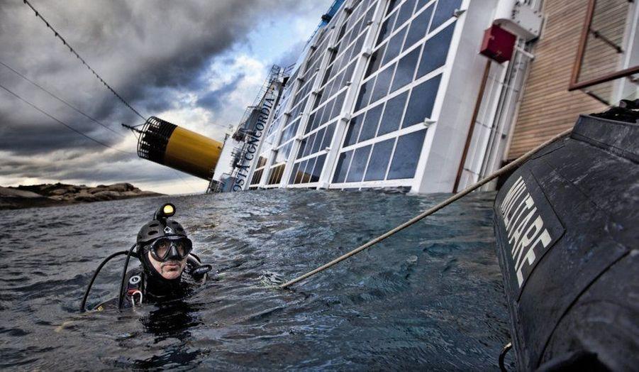 Le paquebot de croisière du Costa Concordia fait naufrage à proximité de l'île du Giglio, au large de la Toscane. Le bilan fait état de 30 morts et deux disparus.