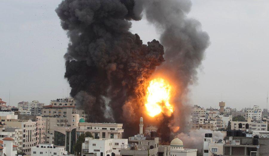 Après des semaines de conflit larvé, Tsahal attaque le 14 novembre et tue Ahmed Jaabari, le chef de la branche militaire du Hamas. La réplique de ce dernier est immédiate avec des tirs de roquette qui ciblent les villes israéliennes frontalières mais aussi Tel-Aviv. Pendant une semaine, l'armée de l'Etat hébreu pilonne des objectifs situés dans la bande de Gaza. Le bilan humain fait état d'au moins de 160 morts palestiniens contre six du côté israélien.