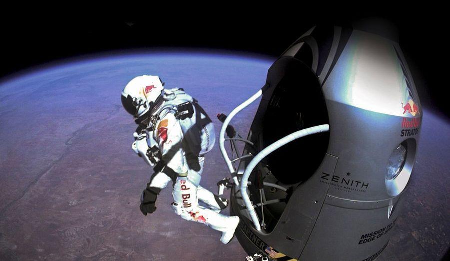 Une dernière image, comme un symbole. L'Autrichien Félix Baumgartner devient le premier homme à franchir le mur du son en chute libre après avoir sauté d'une altitude de plus de 39000m.