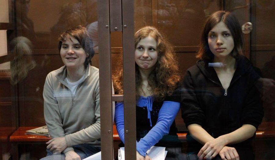 Ces chanteuses punk russes sont devenues les «pasionarias» anti-Poutine, symbole de la dictature du Kremlin, depuis que trois membres du groupe ont été condamnées à deux ans de prison pour avoir chanté une prière anti-Poutine dans une cathédrale orthodoxe. L'une d'entre elle a finalement été libérée après que sa peine eut été requalifiée en sursis en appel.