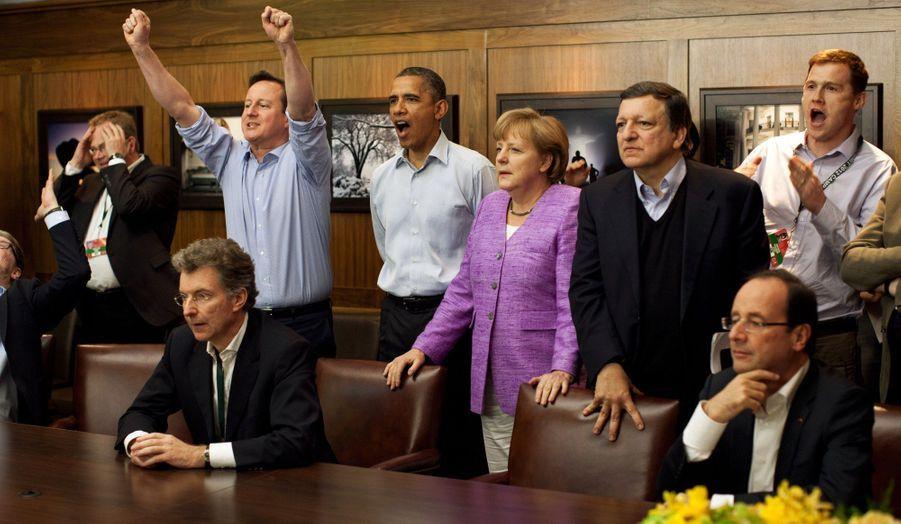 Au terme d'un insoutenable suspense, Chelsea remporte la Ligue des champions de football au dépens du Bayern Munich. Lors du G8 qui se déroulait à Camp David, dans le Maryland, David Cameron et Barack Obama ne parviennent pas à masquer leur joie, alors qu'Angela Merkel est déconfite. Au premier rang, François Hollande observe la scène, amusé.