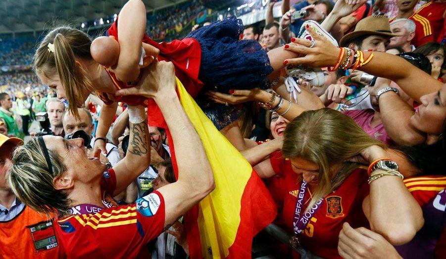 L'Espagne écrase l'Italie en finale de l'Euro de football (4-0). En photo, Fernando Torres brandit l'un de ses plus beaux trophées.