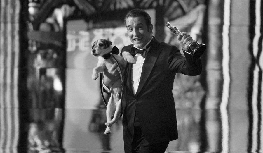 """""""The Artist"""" de Michel Hazanavicius triomphe lors de la cérémonie des Oscars. Et Jean Dujardin devient le premier acteur français à recevoir la récompense la plus convoitée du monde du cinéma."""