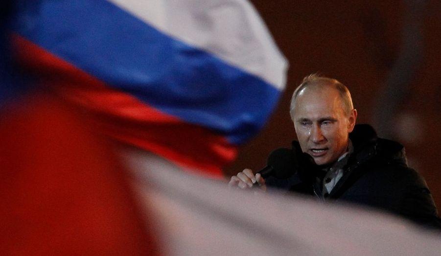 Sans surprise, Vladimir Poutine remporte l'élection présidentielle russe dès le premier tour, avec plus de 60% des suffrages. Malgré les protestations de l'opposition, il reste l'homme-fort du Kremlin.