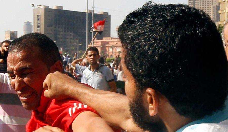 Le 22 novembre dernier, par décret, le nouveau président égyptien s'accorde de nouveaux pouvoirs, ce qui suscite la colère de la rue. Au bord de la guerre civile, alors que Mohamed Morsi a finalement abrogé le décret, l'Egypte adopte une nouvelle constitution favorable aux Frères musulmans.