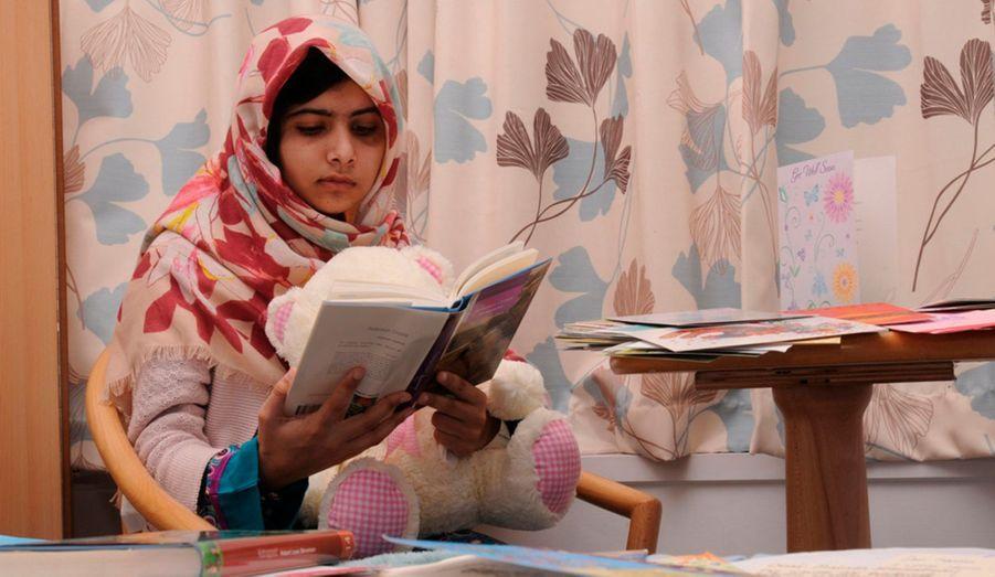 Elle représente la plus grande peur des Islamistes: une jeune fille qui pense et se cultive. Malala Yousafza est attaquée à la sortie de son école par des talibans, au Pakistan. La fillette échappe à la mort et devient un symbole.