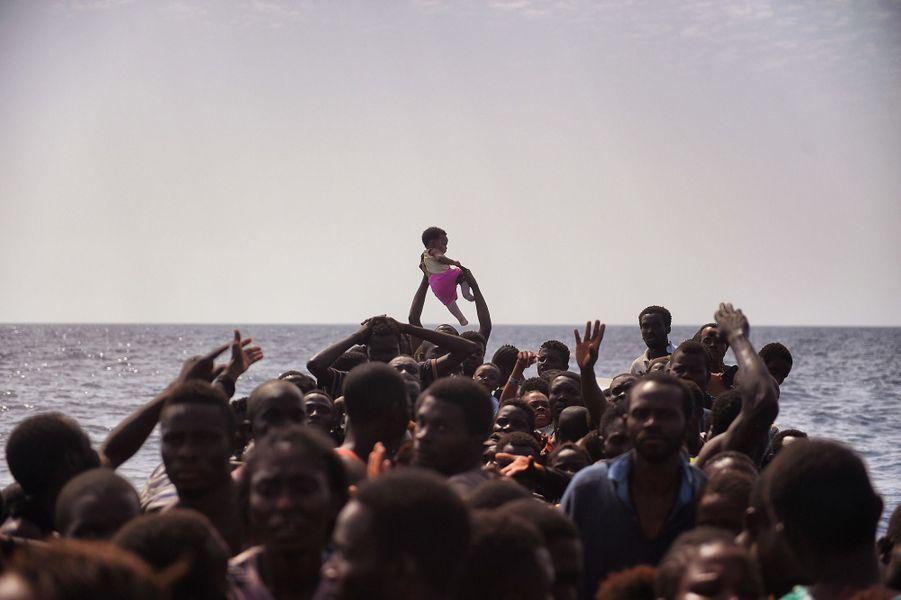 Des migrants sont secourus en Mer Méditerranée par des membres de l'ONG Proactiva Open Arms, le 4 octobre 2016.